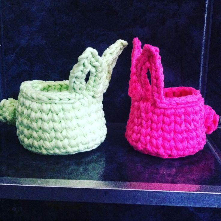 Cestinho de crochê com Fio de malhano formato de Coelhinho, ideal para colocar bombons ou ovo de até 300 gr <br> <br>Medidas: 10 cm de diâmetro x 8 de altura(antes da orelhinha) <br> <br>Encomendas: consultar cores disponíveis pois fio de malha é residuo têxtil e nem sempre encontramos as cores especificas.