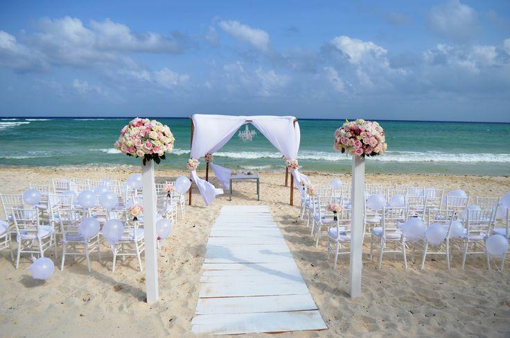 Montaje para boda civil en la playa con arreglos de rosas blancas y rosas y con globos blancos en las sillas / Civil beach wedding set up with white and pink roses arragements and white ballons in the chairs #Wedding #Boda #Playa #Beach