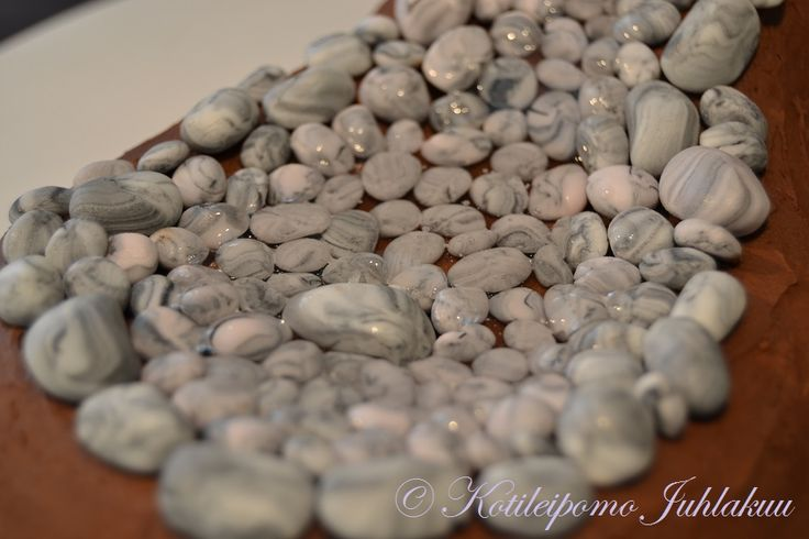 Fondant pebbles and glucose syrup water
