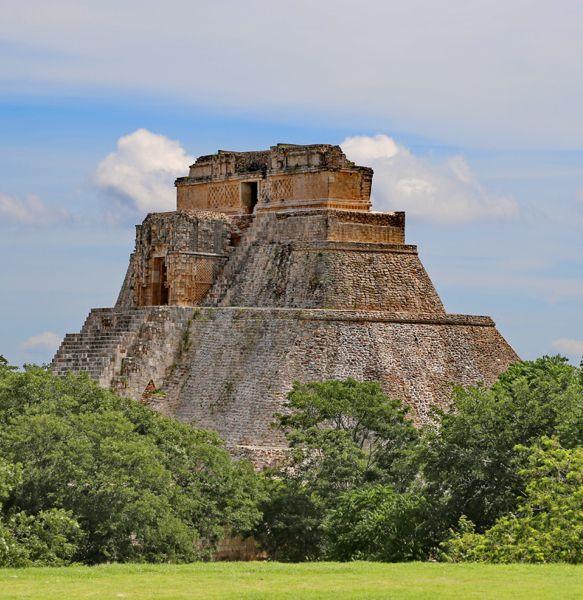 Ogni civiltà ha avuto ascese e declini, ma nessuna è crollata così velocemente come quella maya, apparentemente inghiottita dalla giungla dopo secoli di sviluppo urbano, culturale, intellettuale e agricolo.