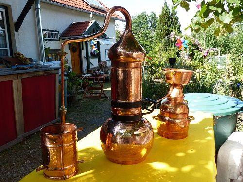 zwei meiner Destillen... eine Alquitara und eine Alambique - hier zu Demo-Zwecken im Garten aufgestellt