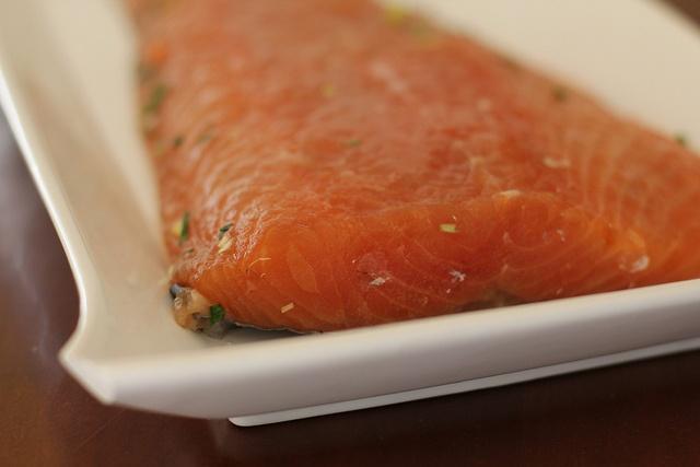 """Riquísima receta para marinar el salmón en casa. Es súper fácil y muy sana. Advertencia: si te acostumbras a comer el salmón tan al natural, después ya no apetece comer cualquier salmón """"empaquetado""""."""