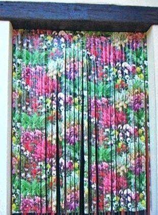 Une nappe recyclée en rideau de porte. Il suffit de découper la nappe en lamelles.