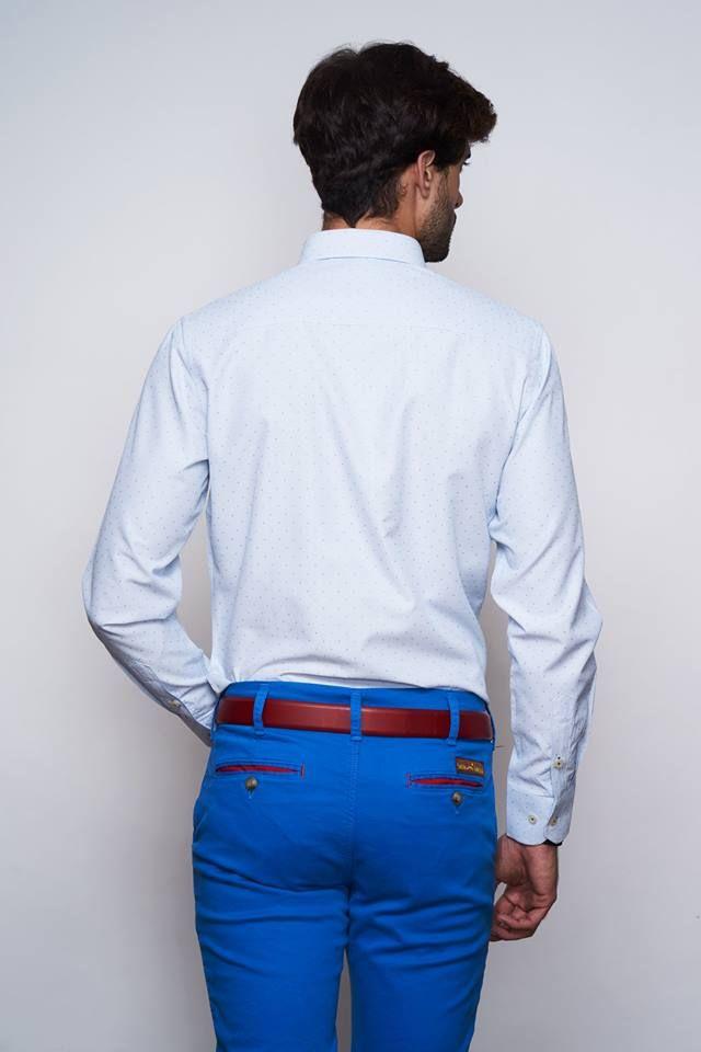 Camisa estampado de microcuadros, color azul. Tacto algodón ligero y confortable. Corte slim fit. Cuello italiano. Botón cosido en aspa y ojal azul marino, y logo bordado color rojo.