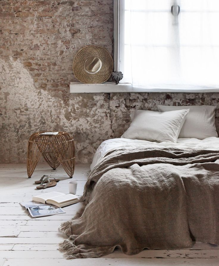 Why linen bedding is so fine? It is warm in winter and cool in summer. Straightening is meaningless and it feels nice under your hands. Exactly what a relaxing bedroom needs | Styling Marianne Luning | Photographer Anna de Leeuw | vtwonen juli 2015