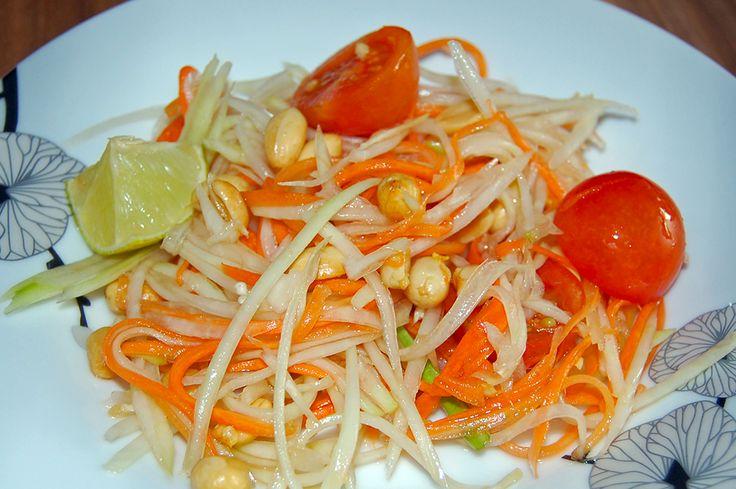 Gestern wurde Geburtstag gefeiert und meine zukünftige Stief-Schwiegermama Sawanya hat dafür wieder einen Papayasalat gemacht. Dieses Rezept hatte sie mir vor einer Weile in einem Mini-Thailändisch-Kochkurs bei ihr zu Hause schon einmal gegeben und seitdem gehört es fest zu unserem Repertoir - wenn wir an unreife Papayas rankommen.  Leider bekommen wir die nur im Asiamarkt und wirklich in de ...