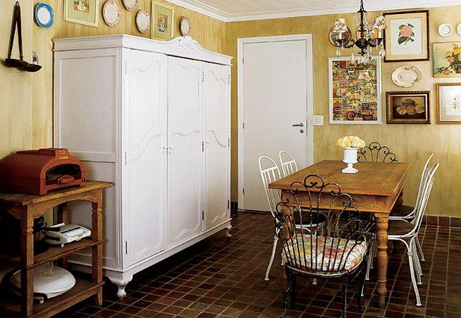 O publicitário Marcio Mota transformou os armários velhos da cozinha em módulos sem portas e laqueados de amarelo. Um está afixado na parede...
