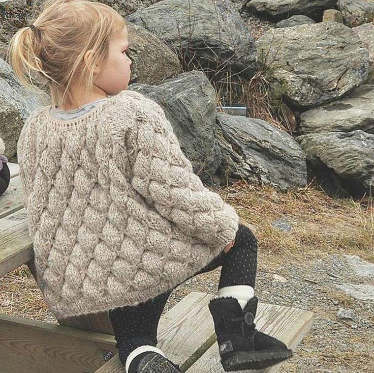 Mariposajakke til barn Størrelser: 1år - 18 mnd – 2 år – 3/4 år – 5 år – 6/7 år – 8/9år – 10 /12 Garnkvalitet 1 Viking of Norway, Cream eller drops air Garnkvalitet 2, drops baby silk alpakka, drops alpakka Garnmengde:  Kvalitet 1: ca. 150 – 200 – 200 – 250 – 300 – 300 – 300 gr Kvalitet 2: ca. 150 – 150 – 150 – 200 – 250 – 250 – 300 gr Strikkefasthet: mønster 19 m, glattstrikk 14 m på pnr. 6 Pinner: rundpinne 60 cm, 5mm og 60 – 80 cm, 6 mm, eventuelt strømpepinner til ermer, heklenål nr…