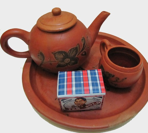 """Brewing """"Teh Solo"""" (Sweet javanese jasmine tea) in a traditional clay pot"""