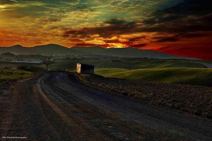 Tramonto nelle colline toscane è una fotografia scattata da Paolo Garzella, e raffigura un tramonto nelle colline toscane di Pieve Santa Luce, in provincia di Pisa - from 122€