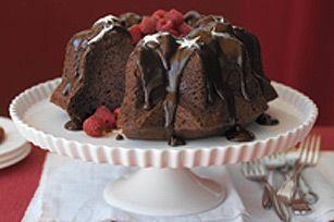 Un gâteau au chocolat onctueux recouvert d'un riche glaçage au chocolat. Le délice suprême pour vos invités!
