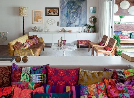 Na sala de estar, sofá estilo anos 1950 com patchwork
