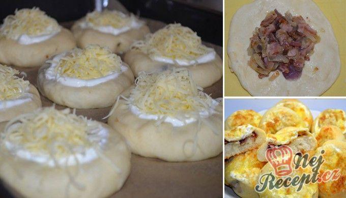 Slané koláčky plněné cibulí a slaninou a sypané sýrem