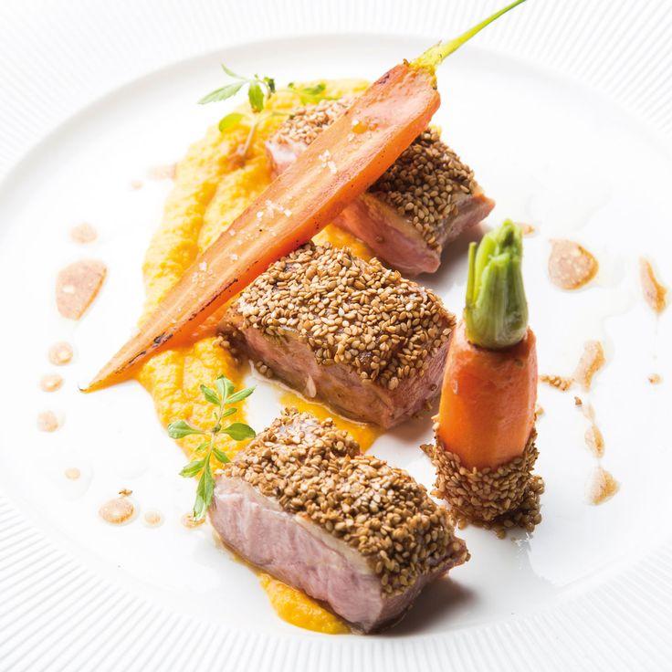 Canette Parer les filets de canettes, réserver au frais. Avec les parures, réaliser un fond de canette avec 1 oignon, 1 carotte, et le bouquet...