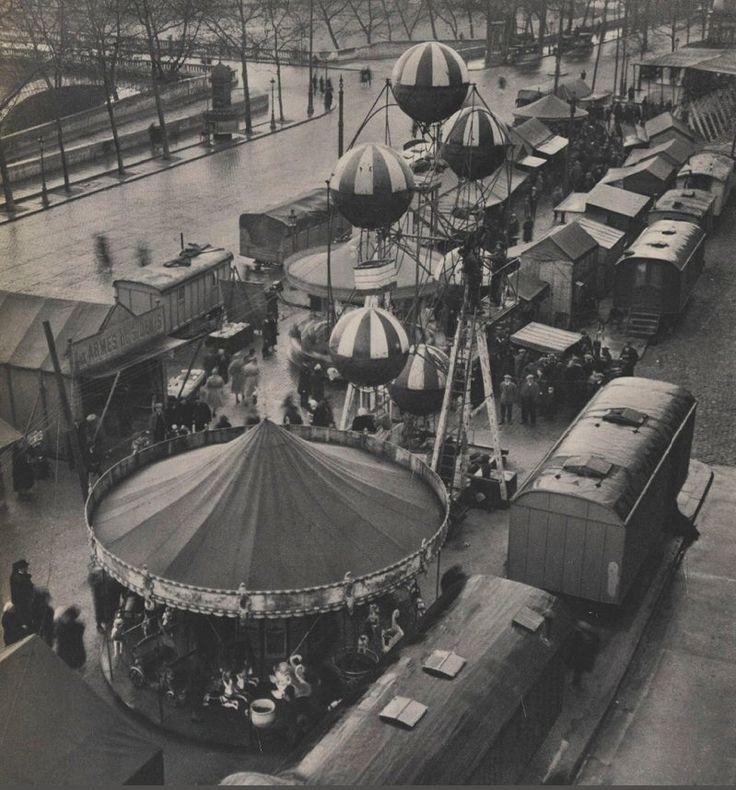 Une fête foraine sur le quai de l'Hôtel-de-Ville, au niveau du pont Louis-Philippe, photographiée par © André Kertész vers 1930  (Paris 4ème)