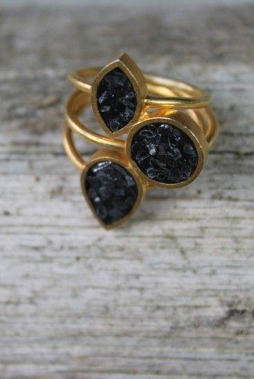 """Vi har i Indien fundet de smukkestesmykker - en serie som er lavet i forgyldtsølv med sorte diamanter, og hvilken pigehar ikke lyst til lidt DIAMANTER ??  Der er tale om sorte diamant """"rester"""",som er rå og upolerede, som giver det hersuper lækre, rå look sammen med guldet.  I serien findes :  - enkelt ring - ring med 3 sten - halskæde - ørestikker - armbånd med rund sten - armbånd med aflang sten"""