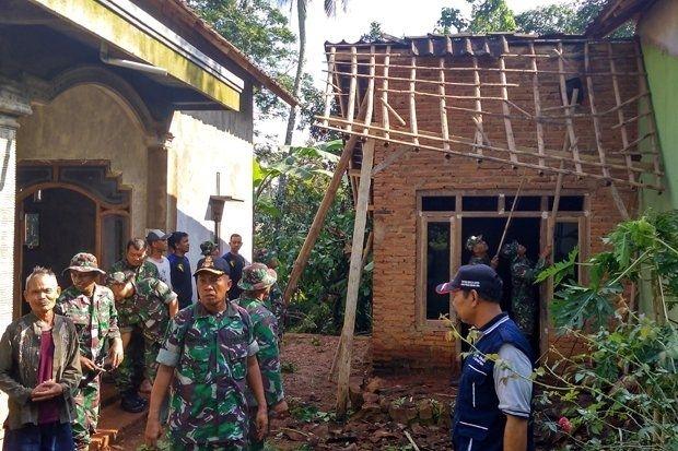 Follow @liputanbaru  TNI Perbaiki Rumah Warga Pekalongan yang Rusak Dihantam Puting Beliung [ Baca selengkapnya di liputanbaru.com ]  #koransindo #love #instagood #photooftheday #beautiful | Baca selengkapnya di website: liputanbaru.com #TsunamiCup
