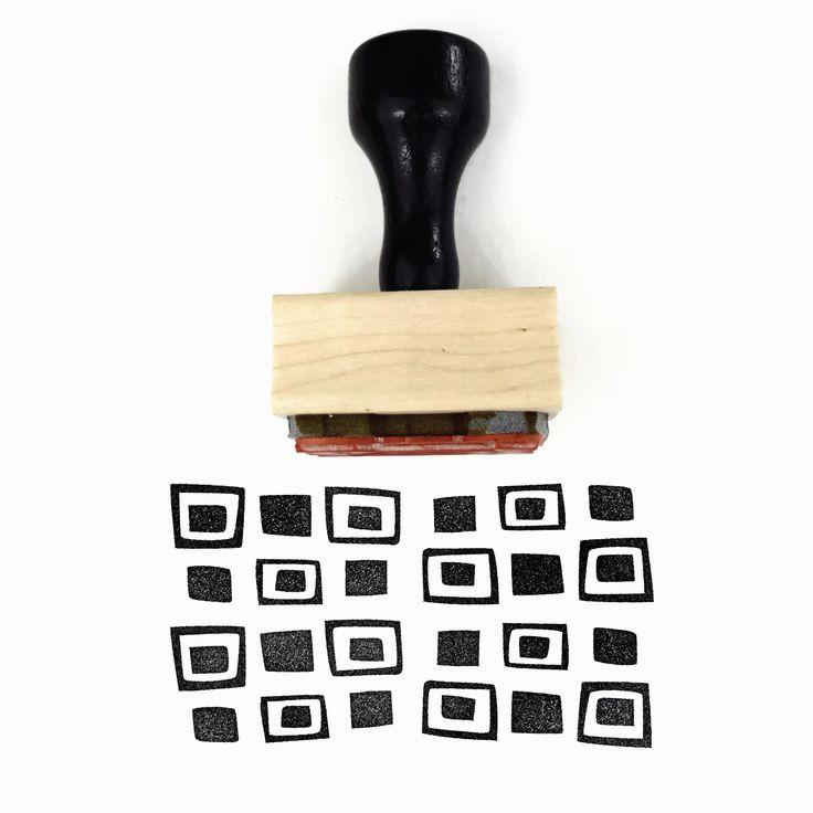 Tampon bois/w Mount & poignée  ▴ DESIGN ▴ Motif carrés rétro  ▴ TAILLE ▴ Environ 1 x 1,5 (2,5 cm x 3,8 cm)  ▴ DÉTAILS ▴ ▴ Ce timbre est un design dessinés à la main ▴ Ce tampon de motif, c'est un de mes favoris car il est si indulgent: il est facile de «globe oculaire» sans avoir à mesurer ou vous inquiétez pas trop sur l'alignement, créant un motif all-over fabuleux. Calibrage facile ▴ pour étiquettes: fonctionne très bien sur Manille 3,25 x 1,625 tags (comme indiqué) & petites…