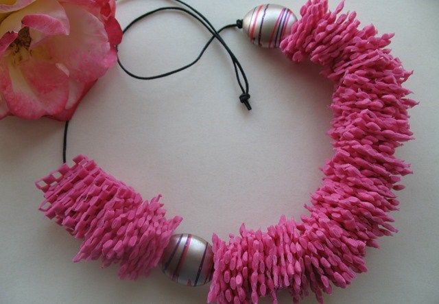 Collane con tappetini antiscivolo http://www.lovediy.it/collane-con-tappetini-antiscivolo/ Una tecnica di #riciclo semplice e divertente per realizzare collane con #tappetiniantiscivolo, da abbinare ad ogni indumento!