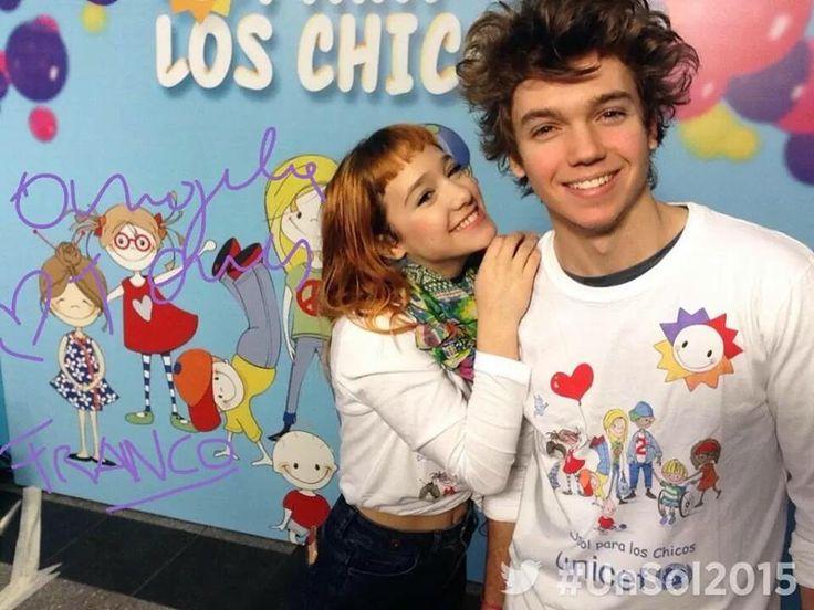 Angela Torres y Franco Masini apoyando a los niños
