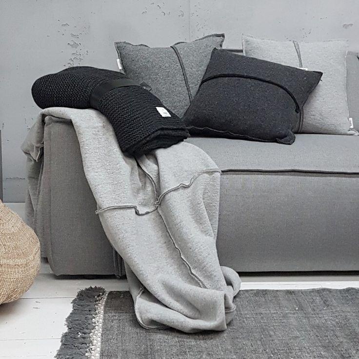 Plaids en kussens. Je hebt er nooit genoeg. Zeker niet op van die koude dagen als vandaag! Brrrr.....   Fijne vrijdag!