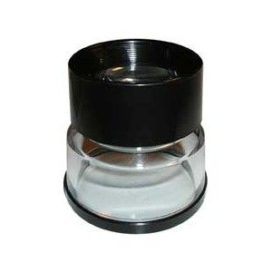 Lente autoilluminante con reticolo. E' una lente composta da due lenti a fuoco fisso e preciso. La base trasparente permette il passaggio della luce e illumina l'oggetto da esaminare e il reticolo. Scala del reticolo: 0,1 mm Diametro lente: 30 mm Lunghezza reticolo: 300 tacche = 3 cm  Ingrandimento: 8X