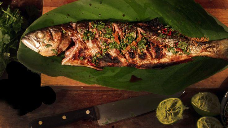 Inspirada pelas praias da Tailândia, Isadora ensina a receita de um peixe inteiro na brasa. Para acompanhar, um molho cheio de sabores com gengibre, shoyu, pimenta, alho e coentro.