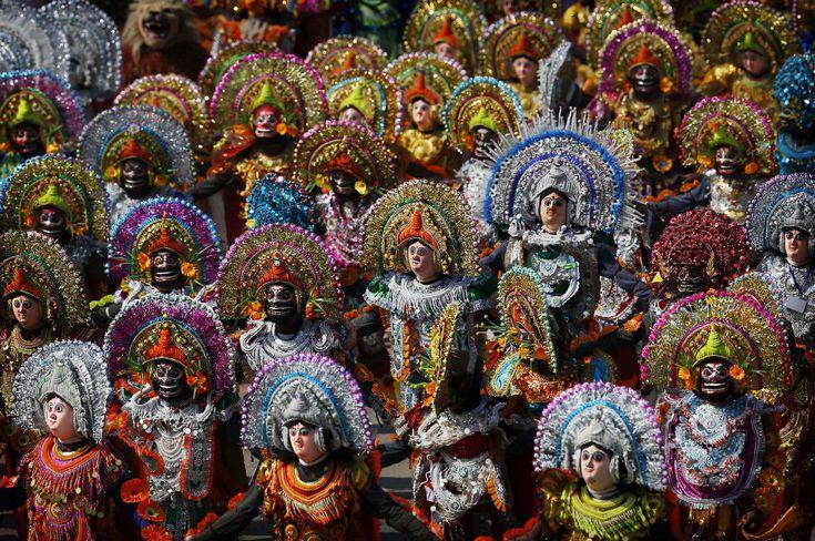 Purulia Chhau Dance in New Delhi, India   Studenti indiani in costume tradizionale eseguono una danza chiamata Purulia Chhau durante la parata annuale per il Giorno della Repubblica indiano, che ricorda l'adozione della Costituzione del #1950. (AP Photo/Kevin Frayer) #India #dance
