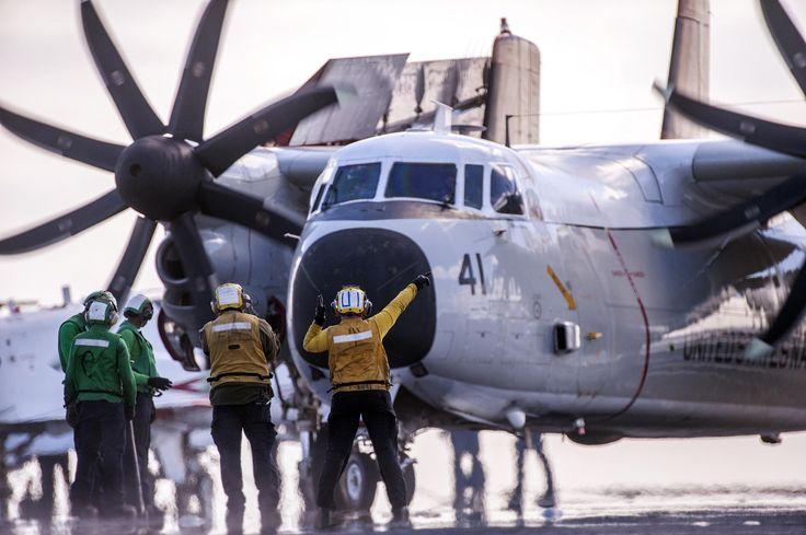 Varios operarios guían a un avión C-2A Greyhound. | US Navy / Flickr