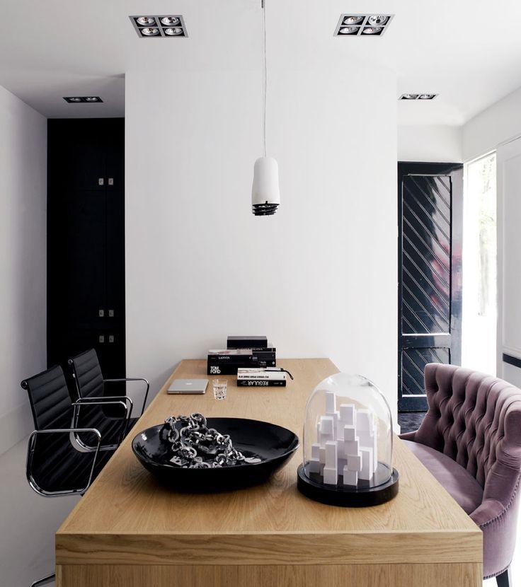 In Amsterdam staat dit prachtige studio appartement van 40m² ontworpen door Piet Boon. Het doel was om een functionele ruimte te maken met dezelfde karakteristieken als een groot huis. Er is een slaapkamer, badkamer, woonkamer, keuken, voorraadkamer en kantoor gecreëerd. Opbergruimte is erg van belang in een klein appartement en daarom zijn de kasten ingebouwd van vloer tot plafond om optimaal gebruik te maken van de ruimte....