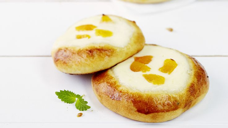 Rahkapullat on täytetty herkullisen sitruunaisella rahkatäytteellä. Kokeile täytteeseen lisämauksi myös pehmeitä aprikooseja.