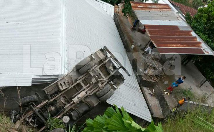 Una distracción del conductor casi causa una tragedia. El vehículo cayó sobre una vivienda.