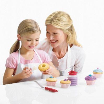 Cuisipro - wykrawacz do muffinów i babeczek. Wykrawacz pozwala wyciąć środek cześć ciasta, dzięki czemu powstanie miejsce na nadzienie.