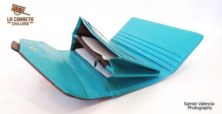 Billetera H aqua  Billetera color aqua con café; tipo: de doblez;   6 compartimientos para tarjetas; 3 compartimientos para billetes, cheques y papeles;  1 monedero; 2 compartimientos porta fotos.