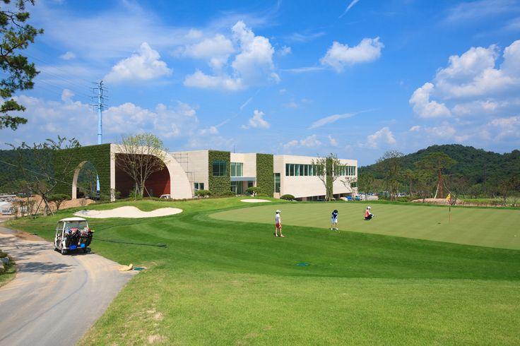 Green Weaving Club House / Hyunjoon Yoo Architects
