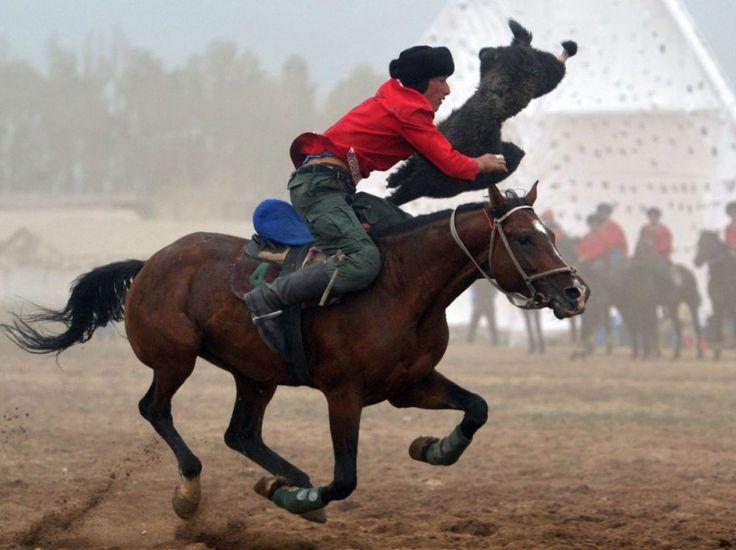 24 heures en images - Un cavalier kirghize lors d'une partie de Buzkashi aux premiers Jeux olympiques nomades à Tcholpon-Ata, au Kirghizistan, le 11 septembre.