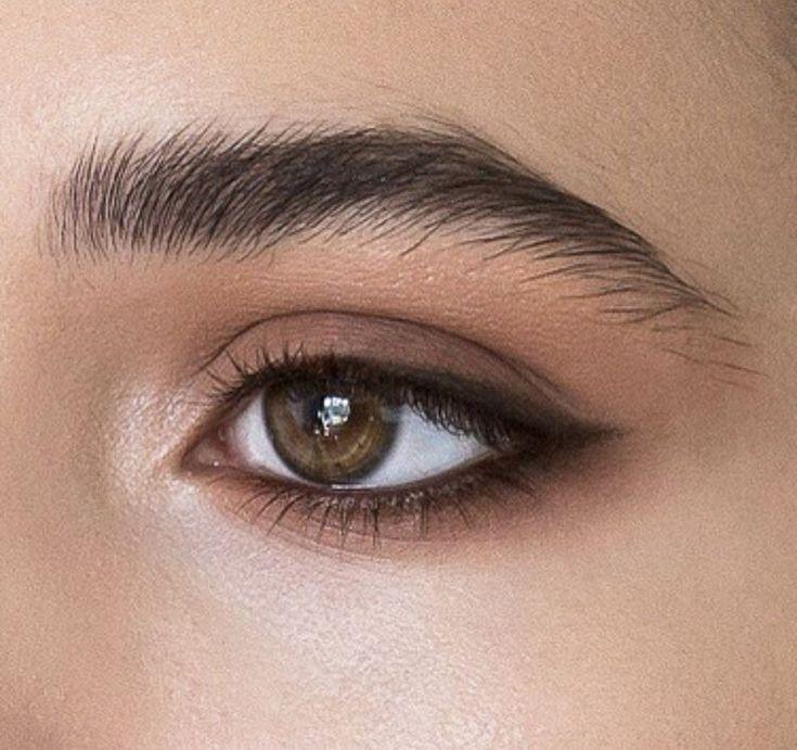 Natürliches Make-up: Die Augen mit Eyeliner oder dunklem Lidschatten verlängern
