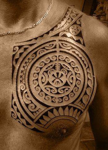 Tatoo de symbole Polynésien de Modele Soleil sur Torse Masculin