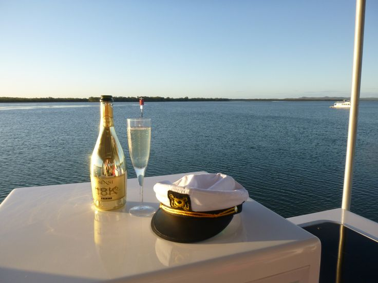 Relax on the Gold Coast's  beautiful Broadwater with #coomerahouseboats #captain #water #colddrinks @coomerahouseboats  http://www.coomerahouseboats.com.au/