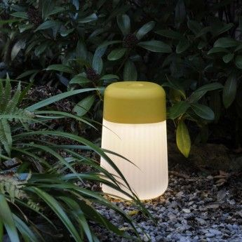Lampe extérieure Koho – Jaune – IP65 – Fontana Arte  Sous son couvercle de couleur jaune, la lampe extérieure Koho de la marque Fontana Arte abrite un circuit LED intégré de 3W. Son variateur de lumière vous propose une intensité lumineuse à 100% ou à 50%, qui se choisit via son interrupteur tactile. Ce luminaire design possède toutes les qualités d'une lampe nomade : une taille réduite, une autonomie de batterie allant au maximum de 7 à 19h