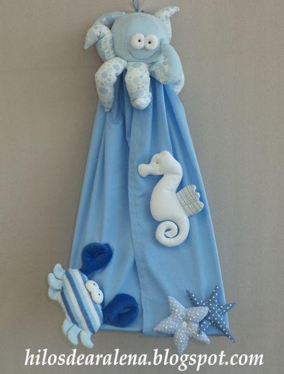 El mar nos trae simpáticos animalitos para decorar el ajuar del bebe . Sobre todo , si es varón , nos viene como anillo al dedo para poder usar los azules y celestesPara armar la bolsa del porta pañales pueden ver aquí. Don pulpito esta pensando......donde poner los pañales. Este es el molde , parte superior del pulpo ( ar ...
