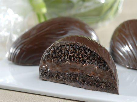 Ovo de Páscoa já é bom, recheado de Bolo de Chocolate fica melhor ainda! Confira a receita. #recipes #chocolate #easter #pascoa