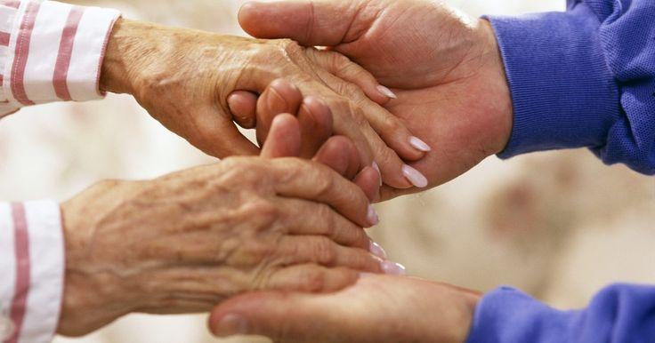 O que pode-se fazer para não ter mãos que suam?. Sudorese excessiva nas palmas das mãos é chamado de hiperidrose palmar. Essa condição faz com que as mãos produzam uma quantidade excessiva de suor, o que pode levar a situações sociais humilhantes, além de infecções bacterianas, como fungos nas unhas. Há remédios naturais e medicações sintéticas que podem ser usadas para reduzir e parar o suor ...