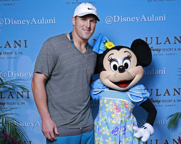Jason Witten Photos Photos - NFL Pro Bowl tight end Jason Witten of the Dallas Cowboys gets in the Aloha spirit with Minnie Mouse during a NFLPA Pro Bowl Players reception at Aulani, a Disney Resort & Spa, Ko Olina on January 24, 2014 in Kapolei, Hawaii. - Aulani Welcomes Pro Bowl Players