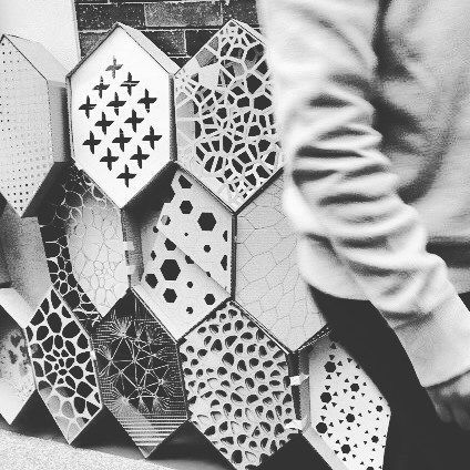 "Proceso de ensamblado de muro  parámetrico. Materia ""Diseñar y Fabricar"" Universidad Piloto / Assembling process of  parametric wall. ""Diseñar y Fabricar"" at Universidad Piloto  #Pseudorama #Tutoring #Docencia #DigitalFabrication #HexaGrid #Parametric #Parametricism #LaserCutting #DigitalEra #Wall #Education #AdvancedArchitecture #UniPiloto by pseudorama"