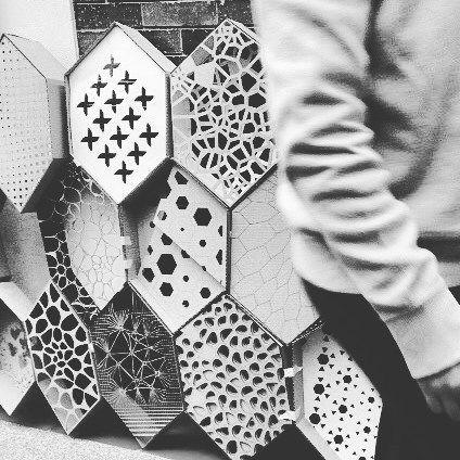 "Proceso de ensamblado de muro  parámetrico. Materia ""Diseñar y Fabricar"" Universidad Piloto / Assembling process of  parametric wall. ""Diseñar y Fabricar"" at Universidad Piloto  #Pseudorama #Tutoring #Docencia #DigitalFabrication #HexaGrid #Parametric #Parametricism #LaserCutting #DigitalEra #Wall #Education #AdvancedArchitecture #UniPiloto by pseudorama"