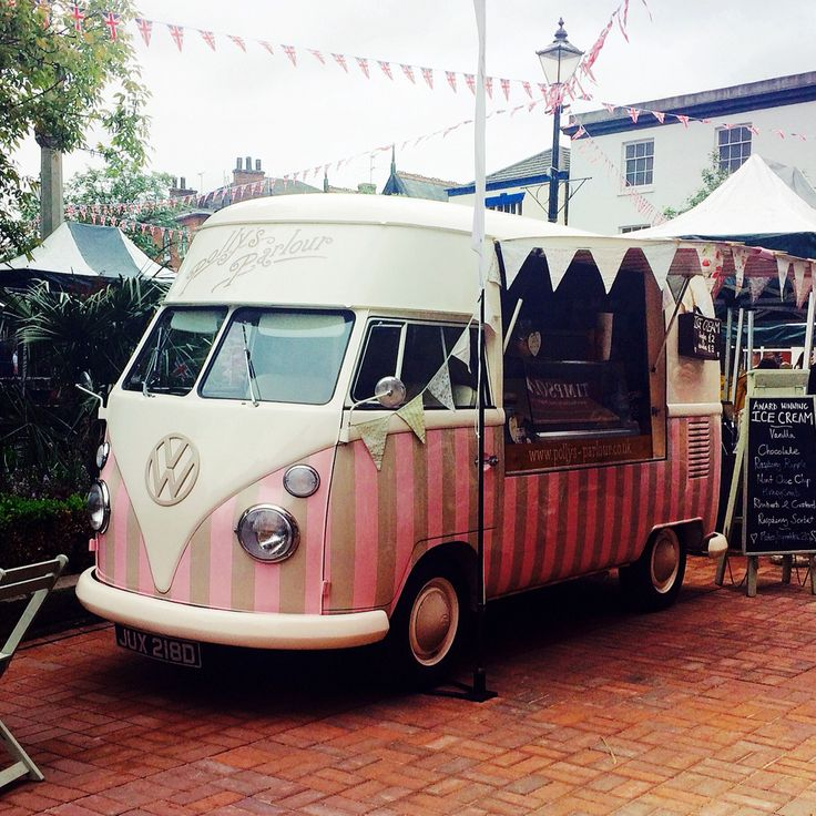 Florence out & about in Nantwich town centre #icecreamvan http://www.pollys-parlour.co.uk