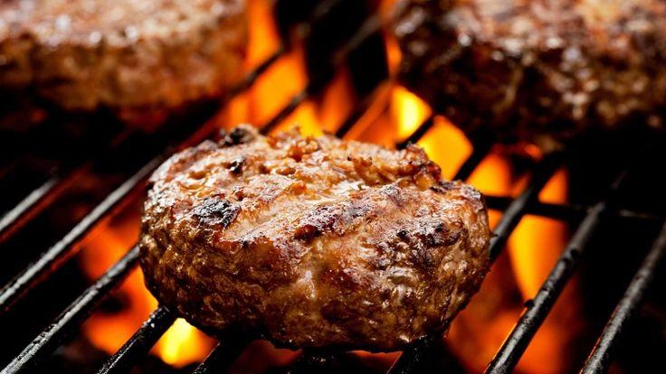 Hamburger di carne alla griglia, ricetta degli hamburger con funghi e pancetta