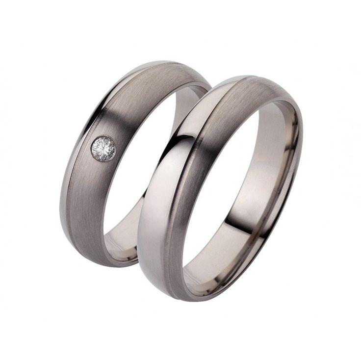 Elegante Trauringe aus Palladium.  Die Ringe haben eine längsmattierte und eine hochglanzpolierte Seite. Beide Flächen werden durch eine schräg umlaufende  Vertiefung voneinander geteilt, welche quermattiert ist. In dem Damenring ist 1 wunderschön funkelnder Brillant eingefasst.