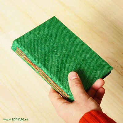¿Buscas un cuaderno único y original? Nosotros te lo hacemos personalizado a tu gusto y medida. Album de fotos artesanal, libros de firmas, cuadernos...